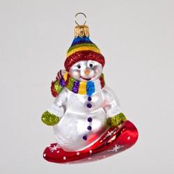 Christbaumkugel, Schneemann auf Snowboard mit Regenbogenmütze, 8 x 8 cm